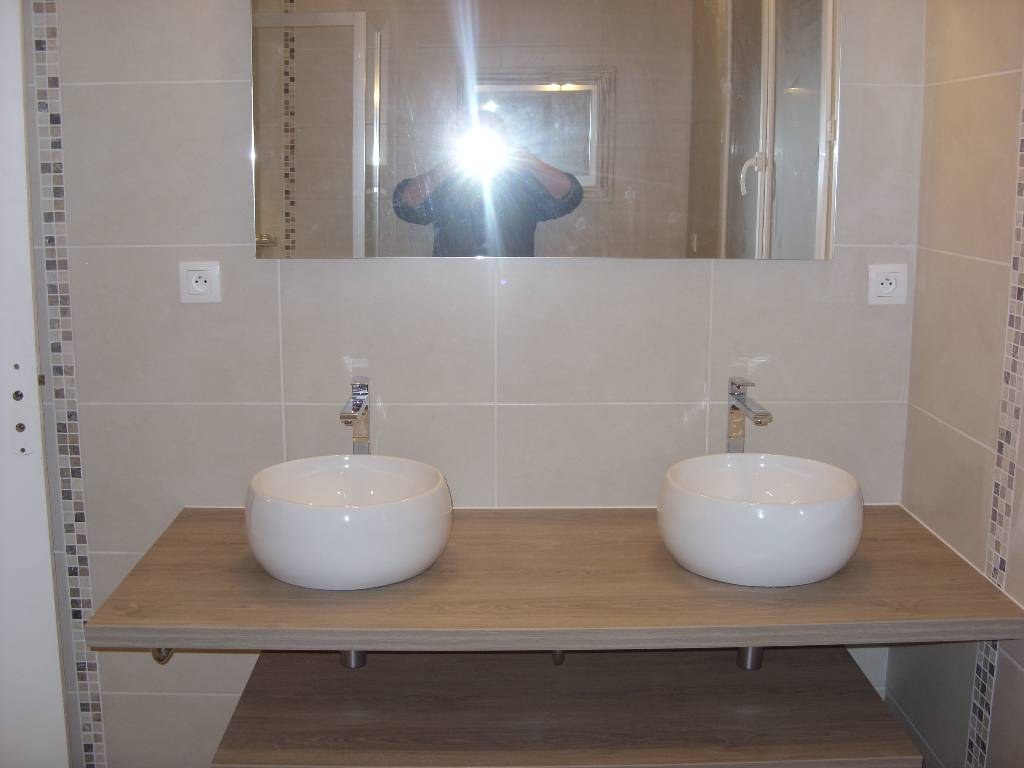 R alisation d 39 une salle de bain avec une cabine de douche for Realisation salle de bain italienne